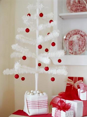 Белая елка с красными игрушками