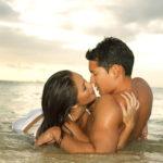 Мужчина и женщина в море