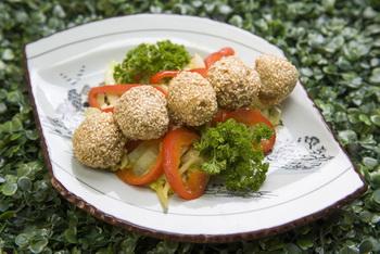 Мясные шарики с кунжутом