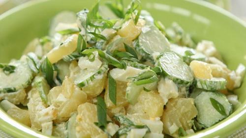 Салат из картофеля, сельдерея, лука и яиц