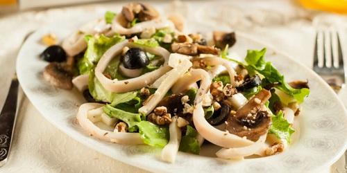Салат постный с грибами и кальмарами