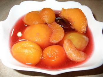 персики с ягодами
