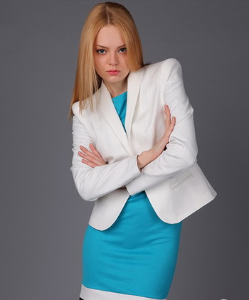 Белое платье с голубым платьем