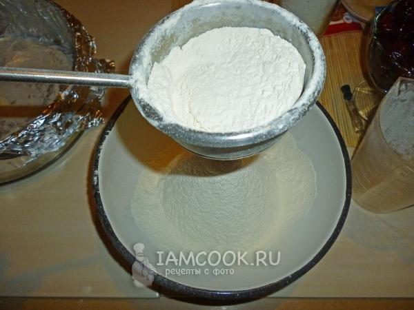 просеивание муки для пирога венского