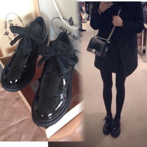 Ботинки на толстой подошве и пальто