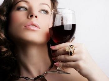 Девушки с вином