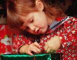 Ребенок открывает подарок